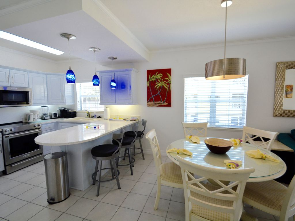 RegalBeach#523_KitchenAndDiningArea